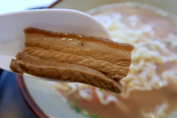 那覇・松山「お食事処みかど」沖縄そばの三枚肉は味濃いめ。