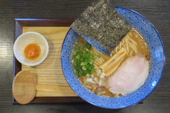 浦添「麺や偶 もとなり 牧港店」の特濃魚介中華SOBA(850円)の全体写真