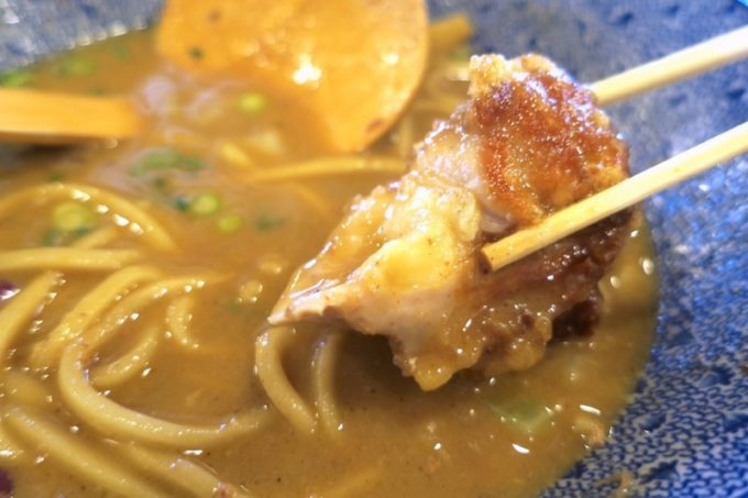 浦添「麺や偶 もとなり 牧港店」のカラアゲは味がそこまで濃くないので、特濃厚魚介中華SOBAの味濃いスープに浸して食べた。
