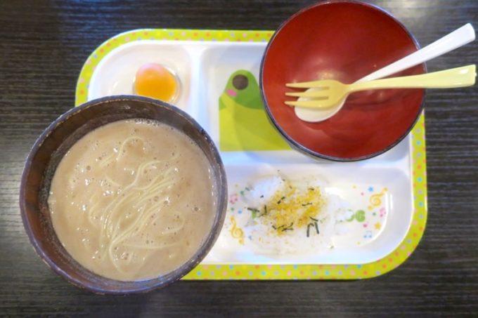 浦添「麺や偶 もとなり 牧港店」のお子様ラーメンは幼稚園生以下が無料でいただける。