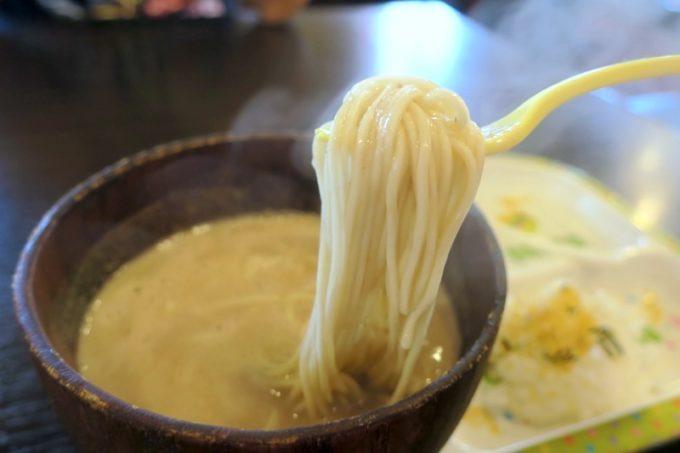浦添「麺や偶 もとなり 牧港店」のお子様ラーメンは、豚骨スープの素ラーメンとふりかけご飯、ゼリーが乗せられている。