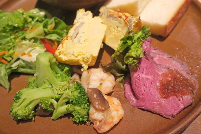 那覇・泉崎「オハコルテベーカリー」のデリプレートは好きなスープとデリ2種をお好みで選べる。