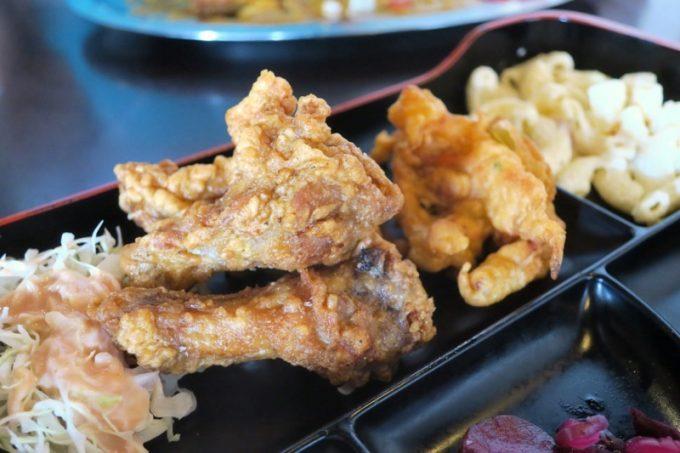 ルビー定食のおかず(その1)、手羽元の唐揚げ3本とかき揚げ、マカロニサラダ。