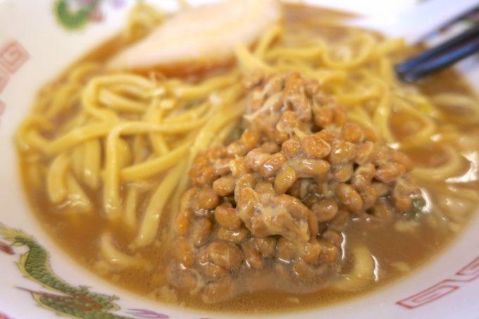 どうしても味が単調になるので、食べ飽きてきた頃に納豆(80円)を投下。