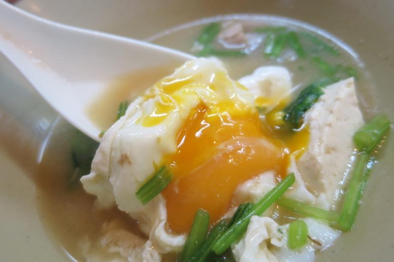 那覇・松山「お食事処みかど」味噌汁に入っている卵は、半熟状態。