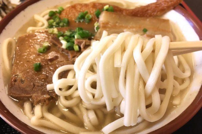 秀そばの麺は真っ白な平打ちストレート