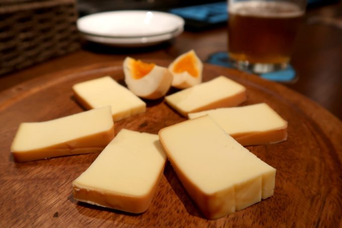 那覇・牧志「Beer bar Felt(フェルト)」自家製スモークチーズ&卵(400円)