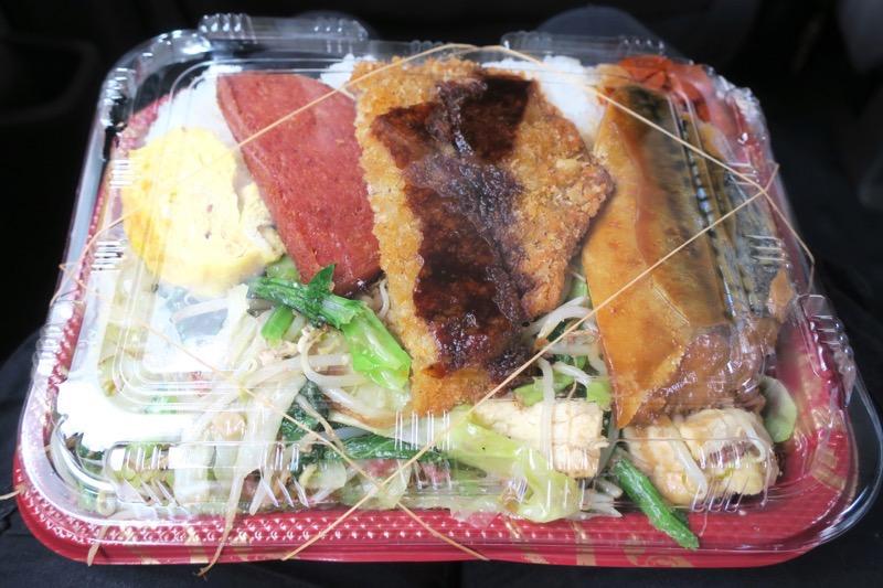 那覇の「波布食堂」でお弁当(400円)を買ってきた。