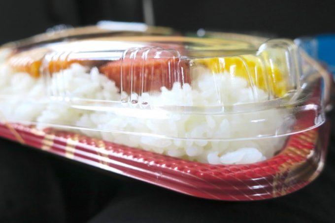 パックのふたが閉まらないほどご飯が盛り付けられている。