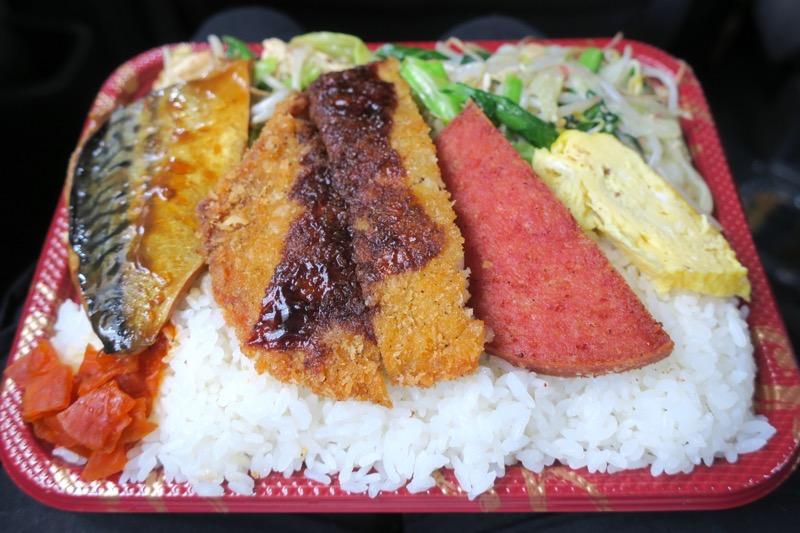 波布食堂のお弁当(400円)のおかずは、鯖味噌、トンカツ、ポーク卵、豆腐野菜炒めだ。