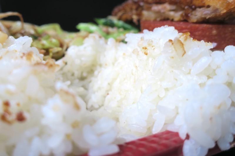 那覇「波布食堂」のお弁当は、ごはんの量が半端ないのだが、おかずがおいしくてどんどん食べてしまう。
