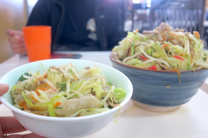 那覇「波布食堂」肉そばを食べる時は、別皿に肉野菜炒めを移し変えてから食べる。