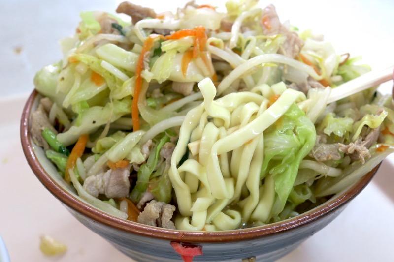 那覇「波布食堂」肉野菜いためを食べ進め、やっとそばの麺が出てきた。