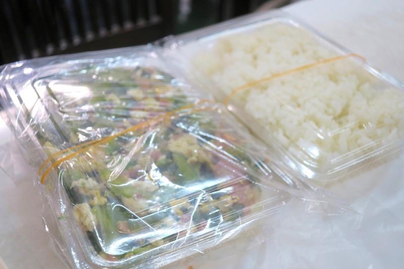 那覇「波布食堂」同僚が注文したゴーヤーチャンプルー(750円)はほとんど持ち帰りになった。