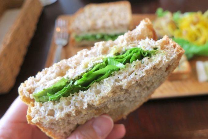 トーストしたザクザク食感のパンの歯ごたえも、塩気が薄めのハムもウマい。