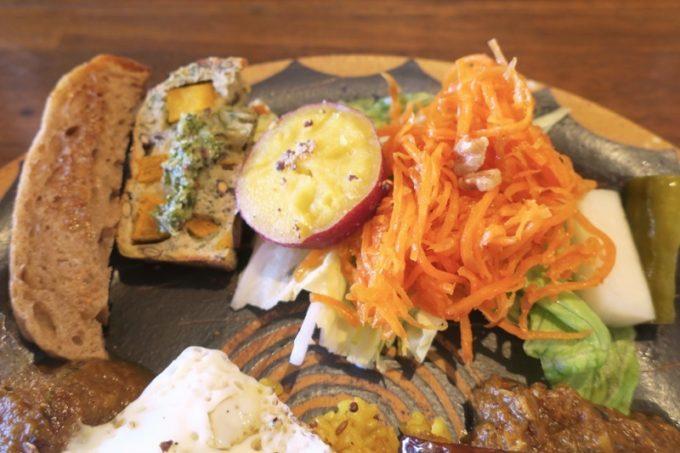 那覇・牧志「たそかれ珈琲」カレーに添えられていたラペやさつまいも、サラダなど。
