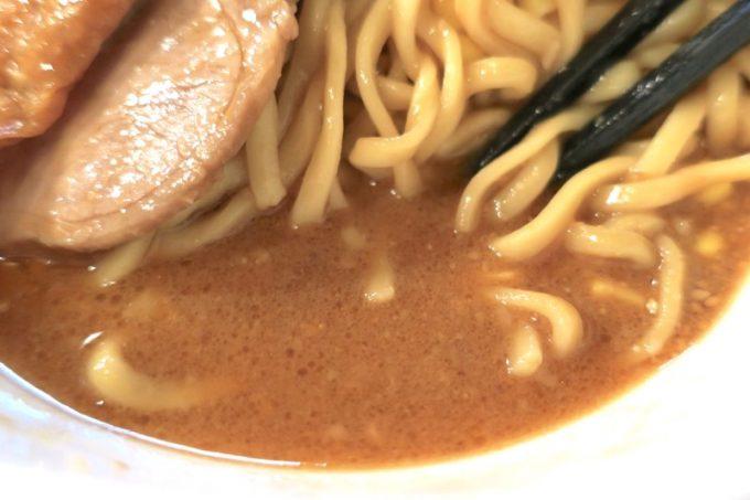 スープは胡麻が香る豚骨味噌。ピリッと辛旨。