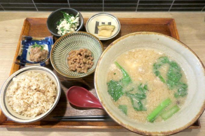 那覇・泉崎「味噌めしや まるたま」の朝ごはんで食べた、具だくさん味噌汁定食(小、830円)に肉味噌納豆(150円)トッピング