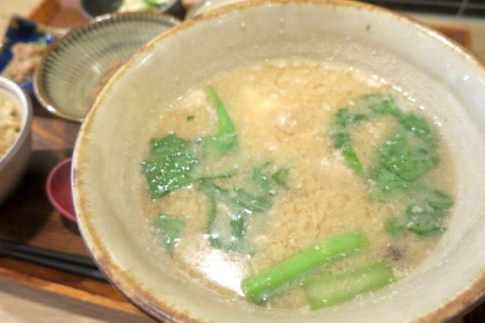 那覇・泉崎「味噌めしや まるたま」の味噌汁。
