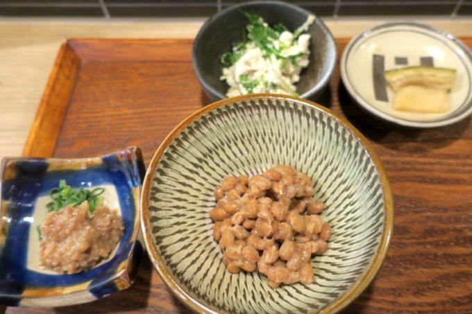那覇・泉崎「味噌めしや まるたま」具だくさん味噌汁定食のおかず類とトッピングの納豆。