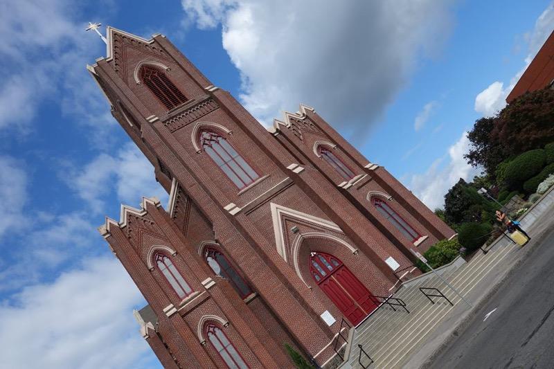 ポートランドの教会前でキャンポーズ