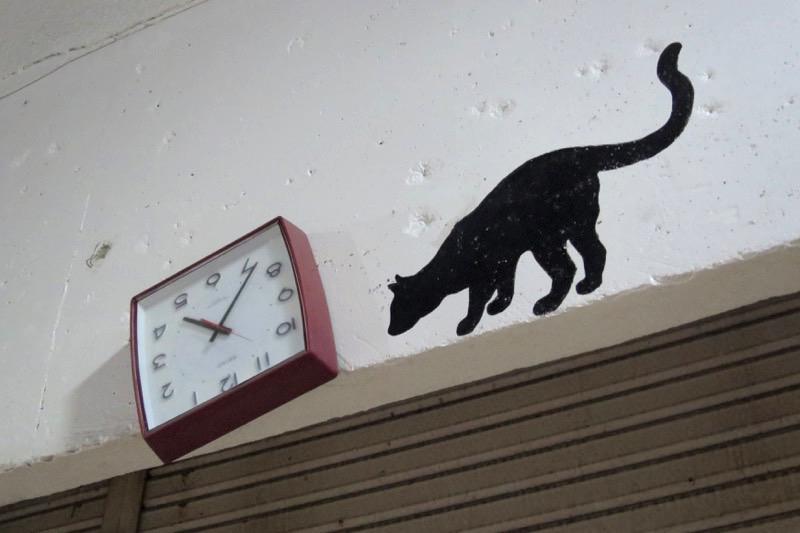 コザのアーケード街に壁掛けられた時計。ひっくり返ってる。