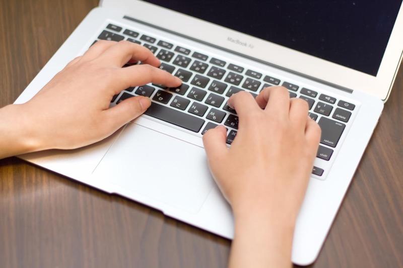MacBook Airのキーボードを入力する手
