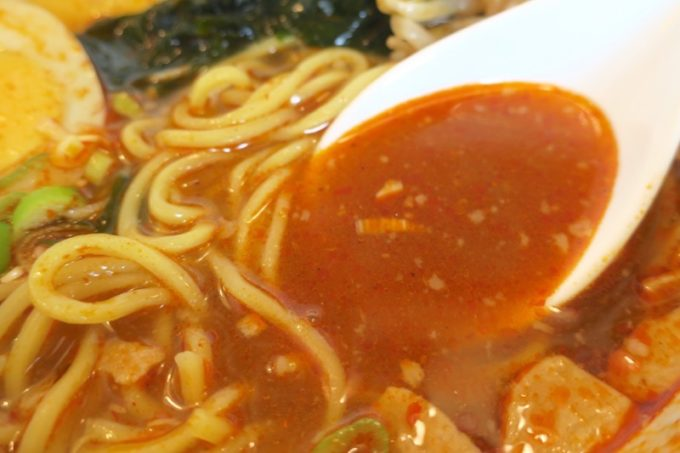 那覇・久米「グラーノ」の麺あがりの醤油ラーメン+オロチョンのスープ。