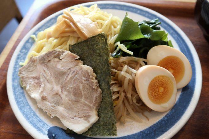那覇・久米「グラーノ」麺あがりのつけ麺(870円)の麺と具材。