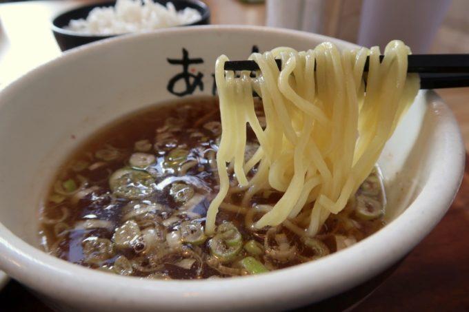 那覇・久米「グラーノ」麺あがりのつけ麺(870円)の麺をつけダレにどぼん。