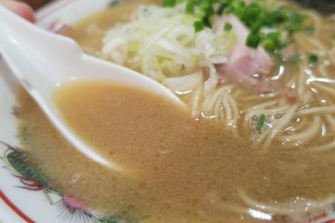 無限とん骨ラーメンのスープは臭過ぎず、濃過ぎず。