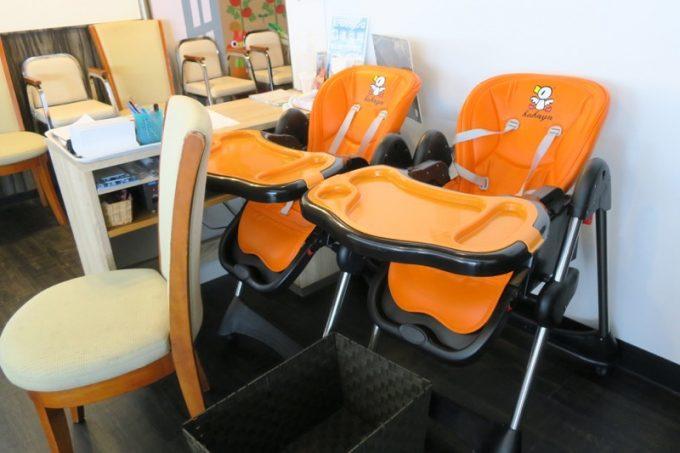 子供用の椅子やベビーチェアがたくさんあった。