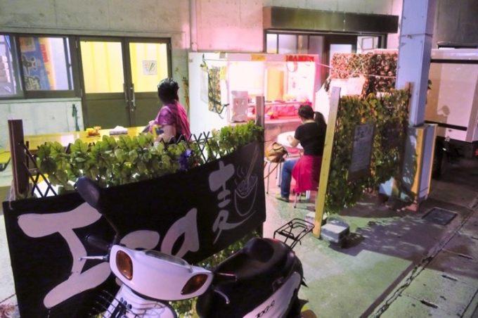 那覇の安里橋大通りにある伊佐製麺所直営の「ISA麺」