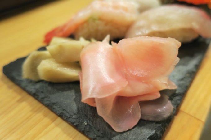 「栄町すし酒場 こめつぶ」箸休めのガリご甘酢ゴボウ
