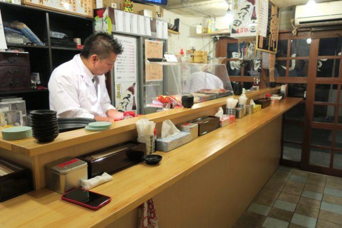「栄町すし酒場 こめつぶ」の店内