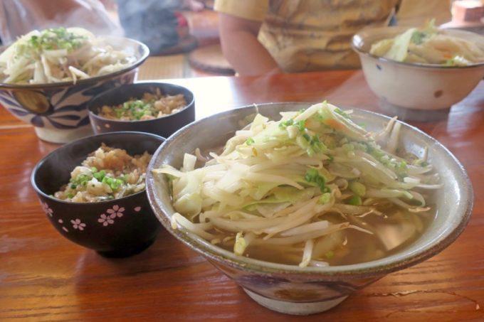 浦添市勢理客にある「東江そば 浦添本店」で野菜そば(中、650円)と半じゅうしー(50円)。