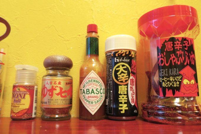 「BAJO(バホ)」の卓上調味料は辛い系が多かった。