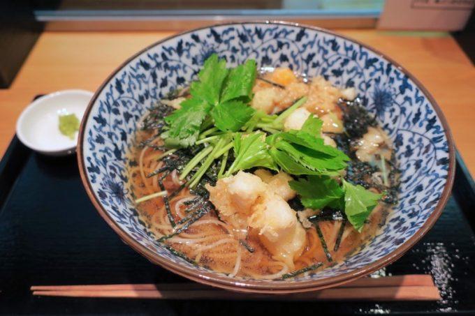 立ち食い蕎麦とは思えない「千花庵(ちはなあん)」の小柱天冷やかけ蕎麦(850円)