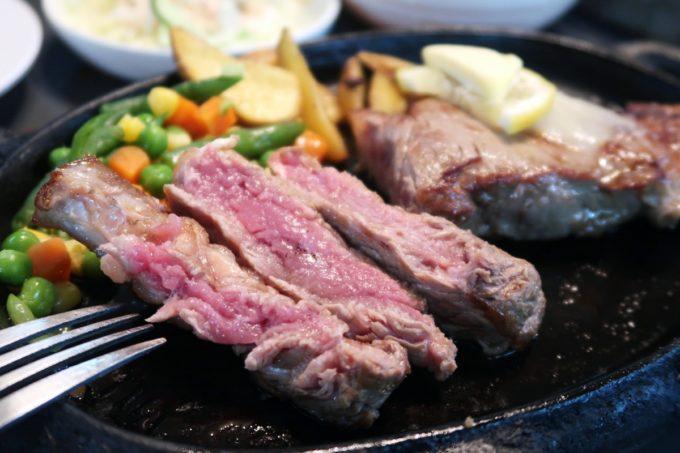 那覇市前島「ハイウェイ食堂」のサーロインステーキ250g(1380円)の焼き加減はミディアムにした