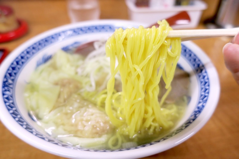 函館「ひらき家」の塩ラーメンの麺は軽く縮れたたまご麺