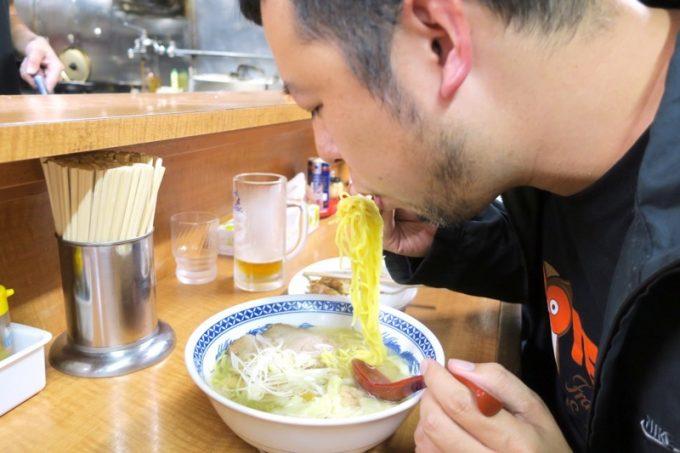 函館「ひらき家」の塩ラーメンを食べるご主人サマー