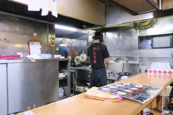 函館「ひらき家」の厨房ではひっきりなしにラーメンが作られている