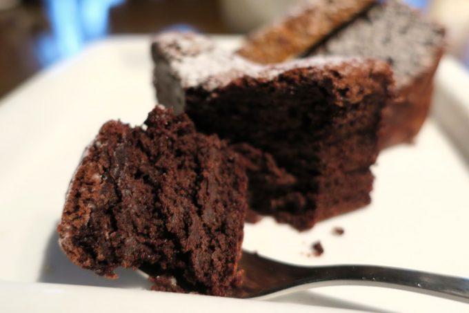 「僚屋DINING」ほろ苦く、しっとり食べ応えのあるガトーショコラ