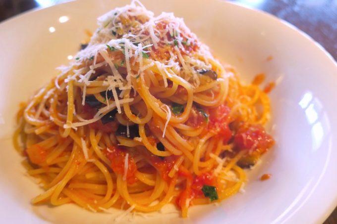 「僚屋DINING」ランチの完熟トマト、茄子、バジリコのスパゲティ(850円)