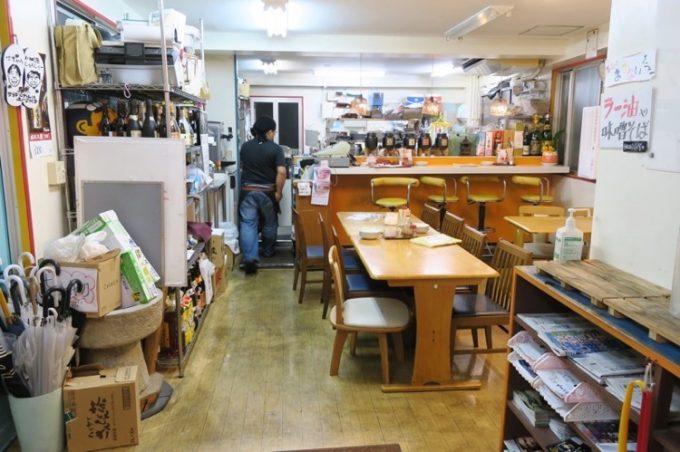 「寿味食堂 (ずみしょくどう)」の店内(キッチン側)