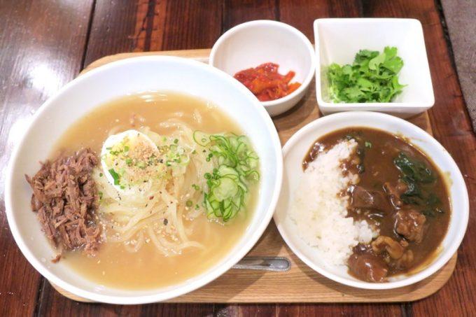 「ちるり(Chillri)」ご飯セット(900円)は冷麺と牛スジカレーの組み合わせ。