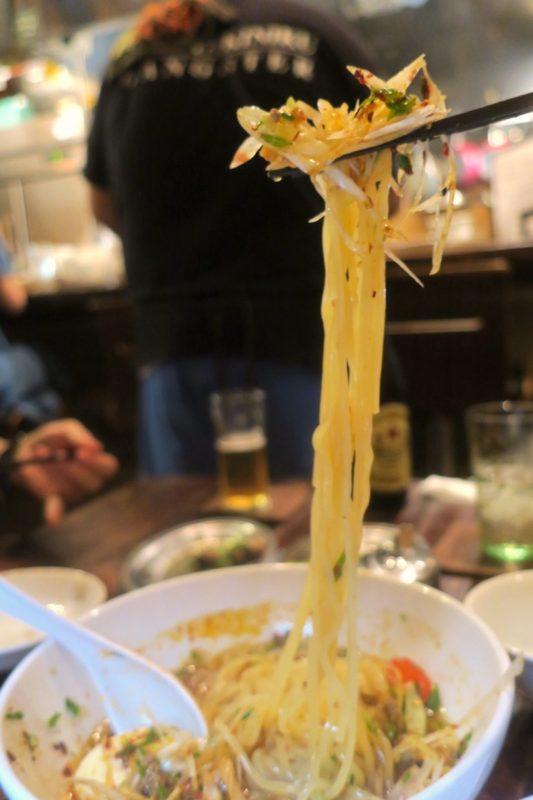 那覇・牧志「ちるり(Chillri)」麻辣冷麺の箸上げ