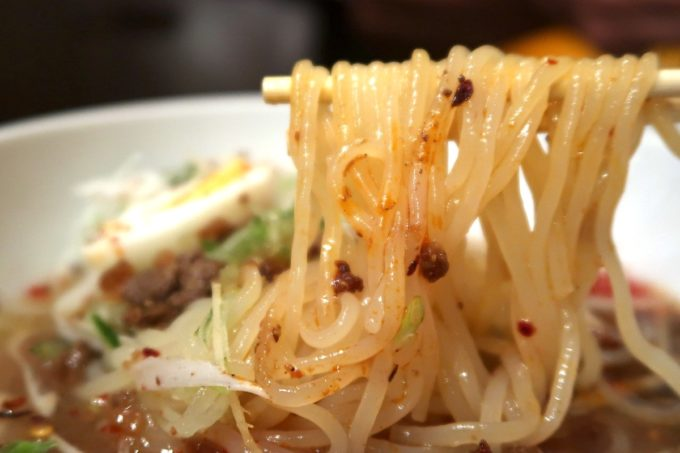 那覇・牧志「ちるり(Chillri)」ランチの麻辣冷麺(900円)のツルシコ麺を箸上げ
