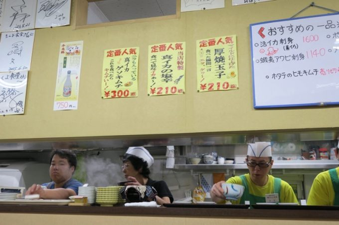 函館朝市「きくよ食堂 本店」で朝から働く店員さんたち