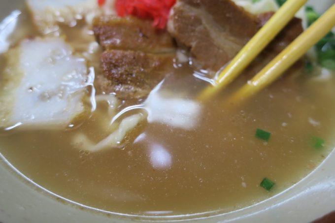 「丸安そば」のスープは濁っているが、あっさりとした味わい